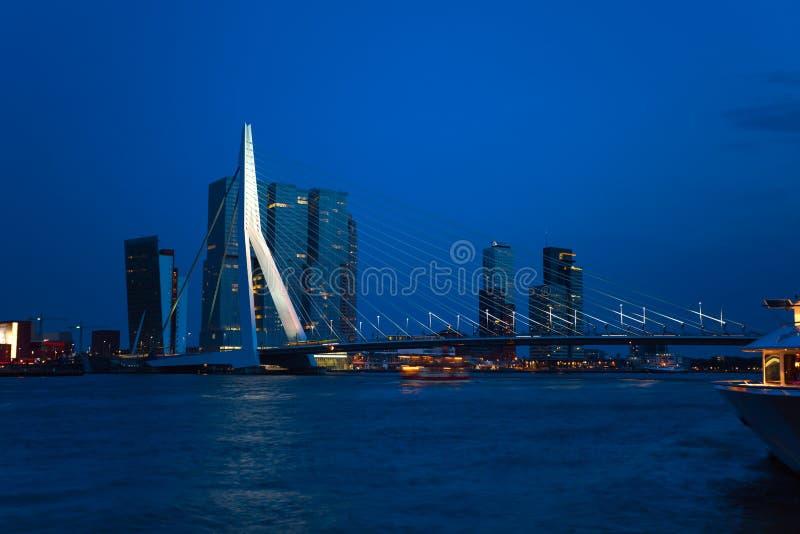 Opinião da ponte de Erasmusbrug na noite em Rotterdam, imagens de stock