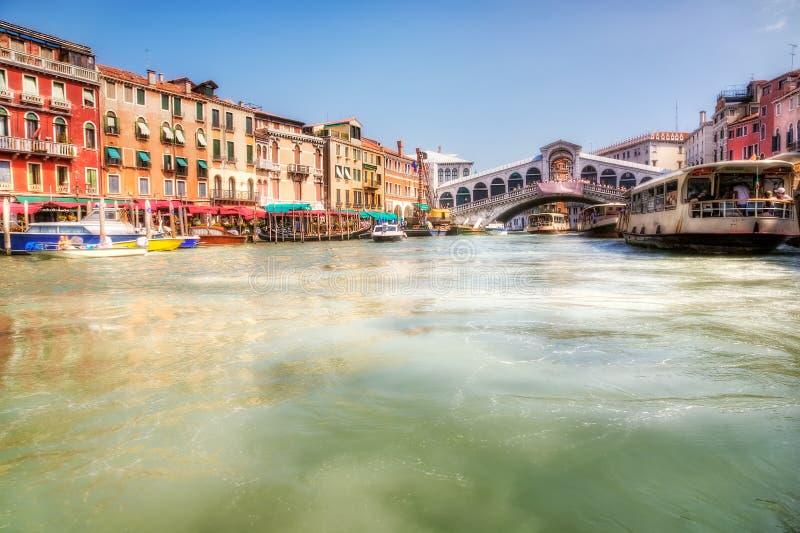 Opinião da ponte do canal grande e do Realto de Veneza foto de stock