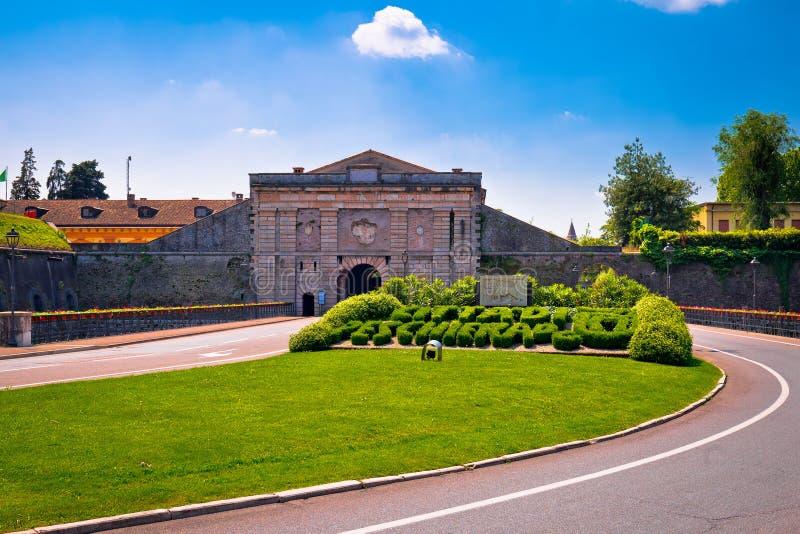 Opinião da porta da cidade de Peschiera del Garda fotografia de stock royalty free