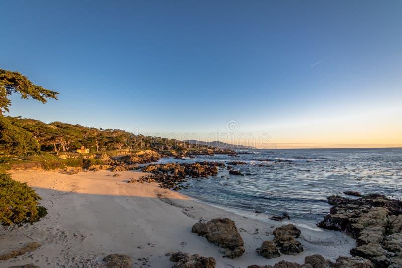 Opinião da praia ao longo da movimentação famosa de 17 milhas - Monterey, Califórnia, EUA foto de stock royalty free