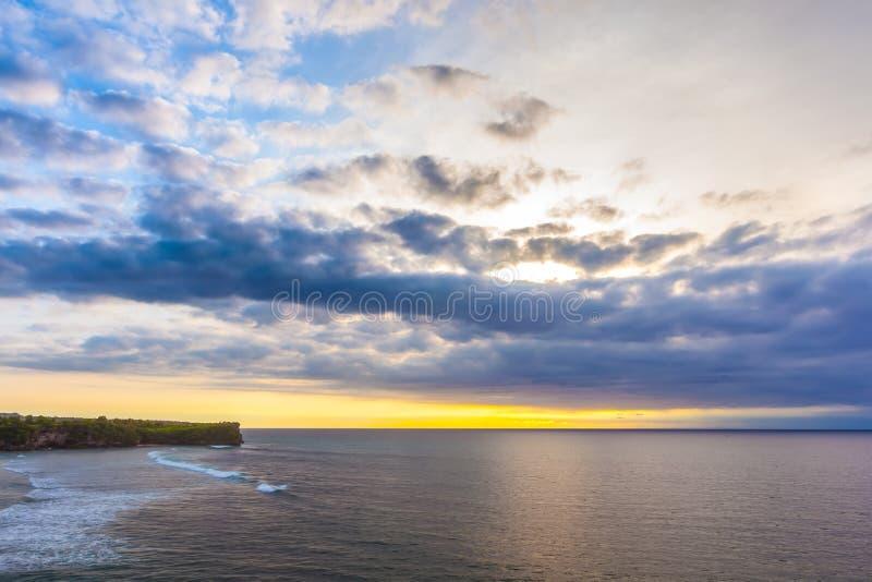 Opinião da praia de Balangan, Jimbaran, Kuta sul, Bali, Indonésia imagens de stock