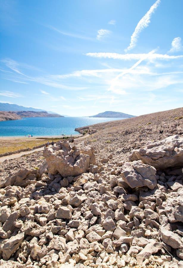 Opinião da praia de Rucica na ilha do Pag na Croácia imagens de stock