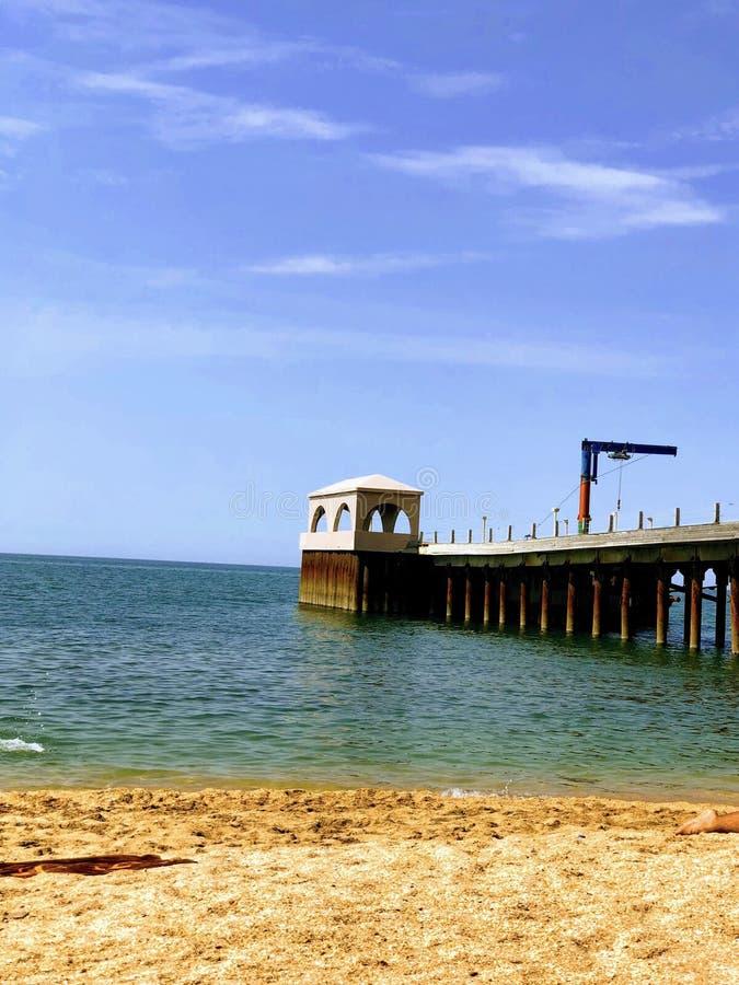 Opinião da praia do mar Cáspio Baku, Azerbaijão Opinião bonita da praia do projeto do verão fotografia de stock