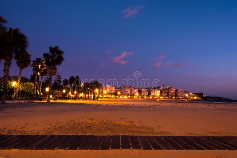 Opinião da praia do por do sol em Salou, Espanha imagem de stock