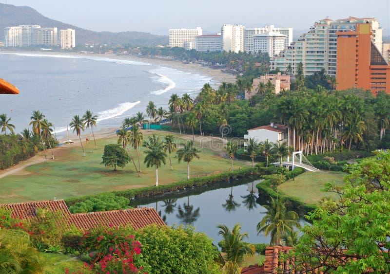 Opinião da praia e dos hotéis foto de stock