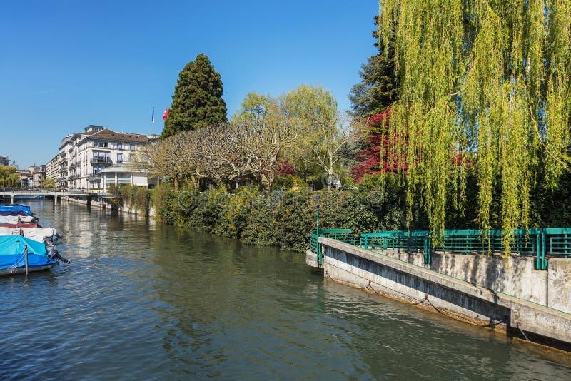 Opinião da primavera ao longo do fosso de Schanzengraben na cidade Zurique foto de stock royalty free