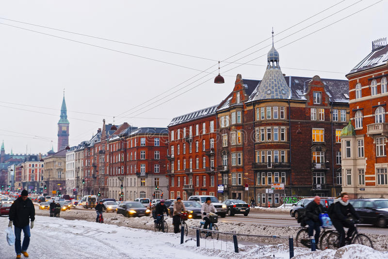 Opinião da rua à cidade Hall Tower de Copenhaga no inverno fotografia de stock royalty free