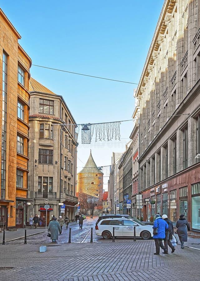 Opinião da rua à torre do museu da guerra de Riga na cidade velha de Riga imagem de stock royalty free
