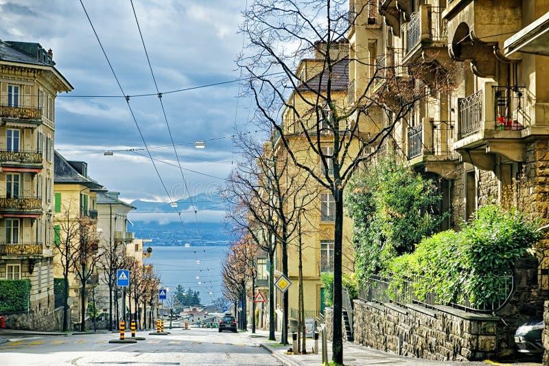 Opinião da rua ao lago geneva em Lausana imagens de stock royalty free