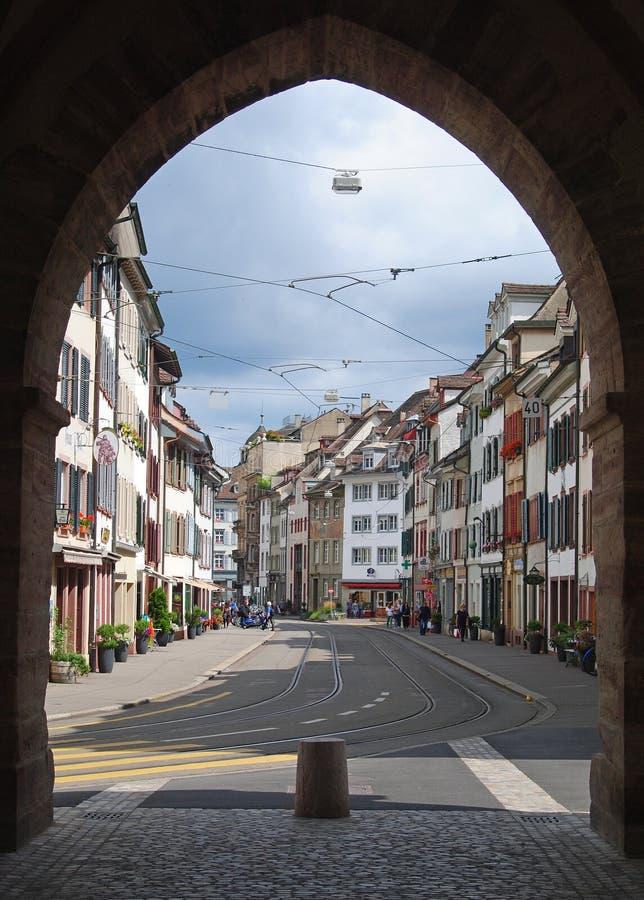 Opinião da rua através da porta de Spalentor em Basileia imagem de stock