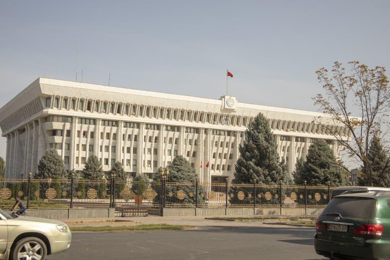 Opinião da rua da casa branca, Bishkek, Quirguizistão imagem de stock