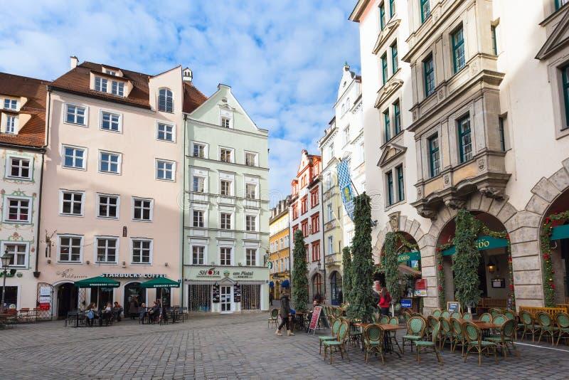 Opinião da rua com café, restaurante em Munich, Alemanha foto de stock