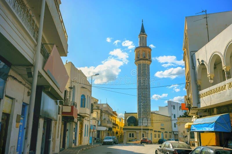 Opinião da rua com o minarete alto na cidade velha Nabeul Tunísia, Nort imagens de stock