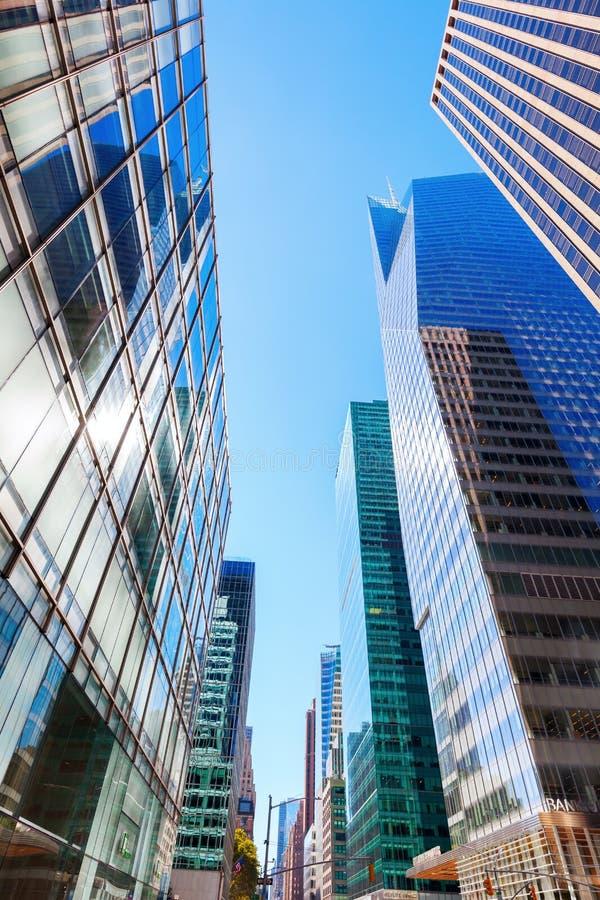 Opinião da rua com os arranha-céus em Manhattan, NYC imagem de stock royalty free