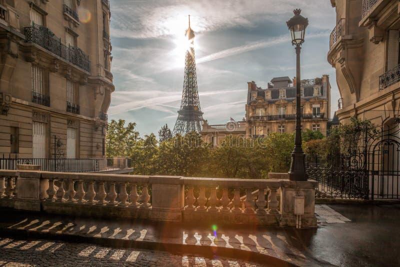 Opinião da rua com a torre Eiffel em Paris, França fotos de stock