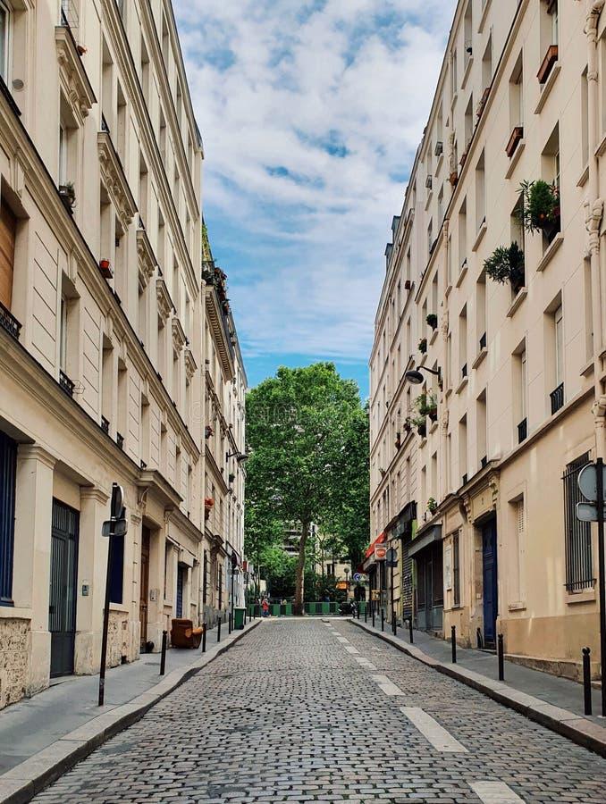 Opinião da rua da construção parisiense em Paris, França fotografia de stock