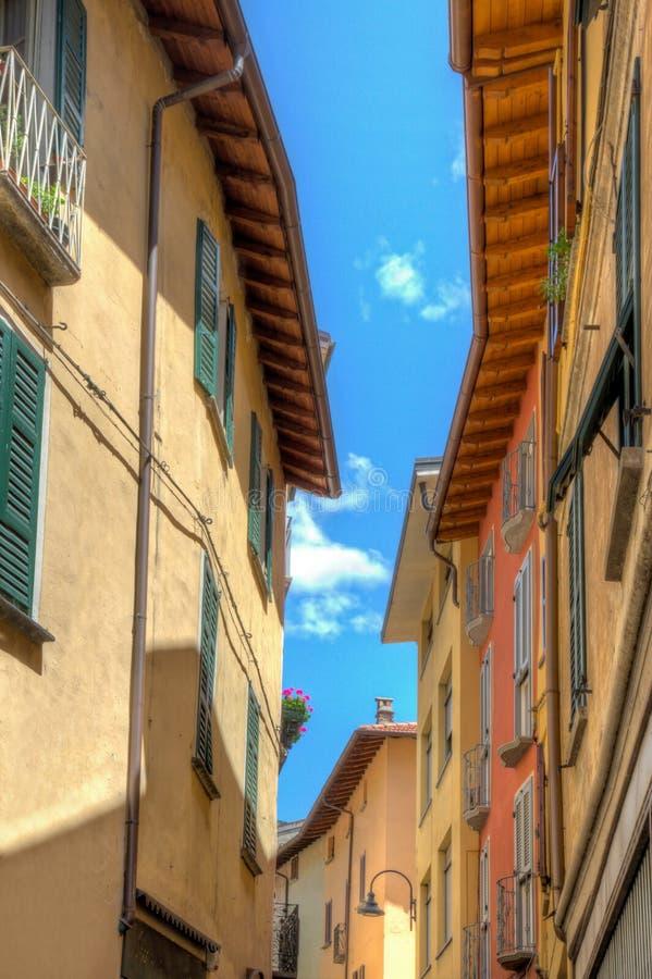 Opinião da rua da cidade pequena em Porlezza imagem de stock