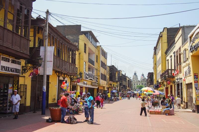 Opinião da rua da cidade velha de Lima com as casas coloridas tradicionais e o balcão de madeira imagem de stock