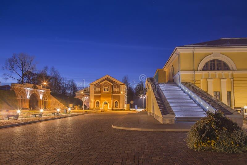 Opinião da rua da noite com os projétis luminosos no centro da arte de Mark Rotko da sagacidade do esforço da cidade de Daugavpil imagens de stock royalty free