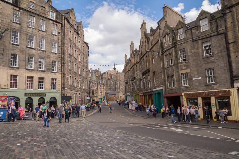 Opinião da rua da rua de Grassmarket, cidade velha, Edimburgo, Escócia foto de stock royalty free
