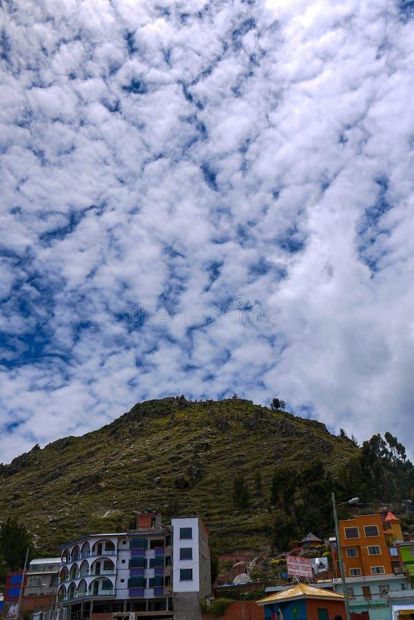 Opinião da rua de Copacabana em Bolívia, Ámérica do Sul fotos de stock royalty free