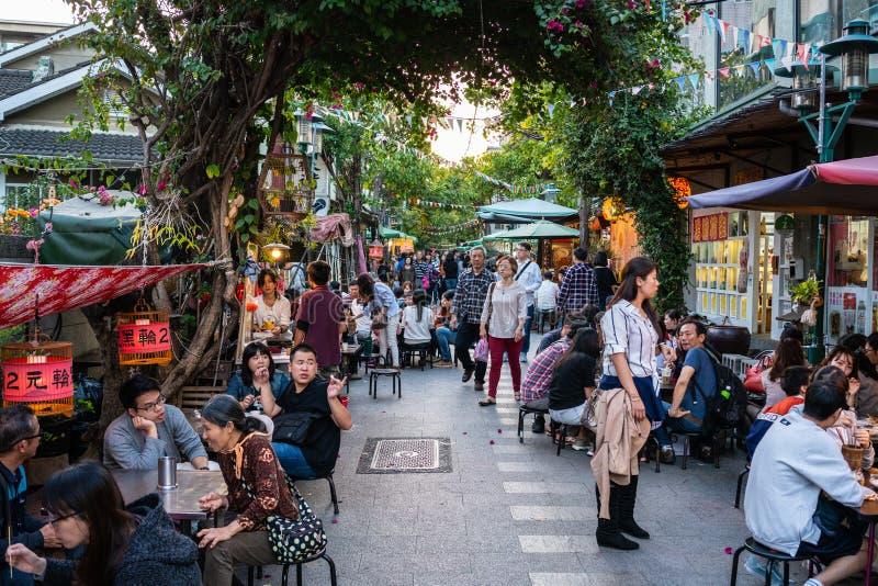 Opinião da rua de Fuzhong do pedestre com os povos em Tainan Taiwan fotos de stock royalty free