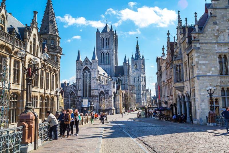 Opinião da rua de Ghent, Bélgica com igreja de São Nicolau imagem de stock