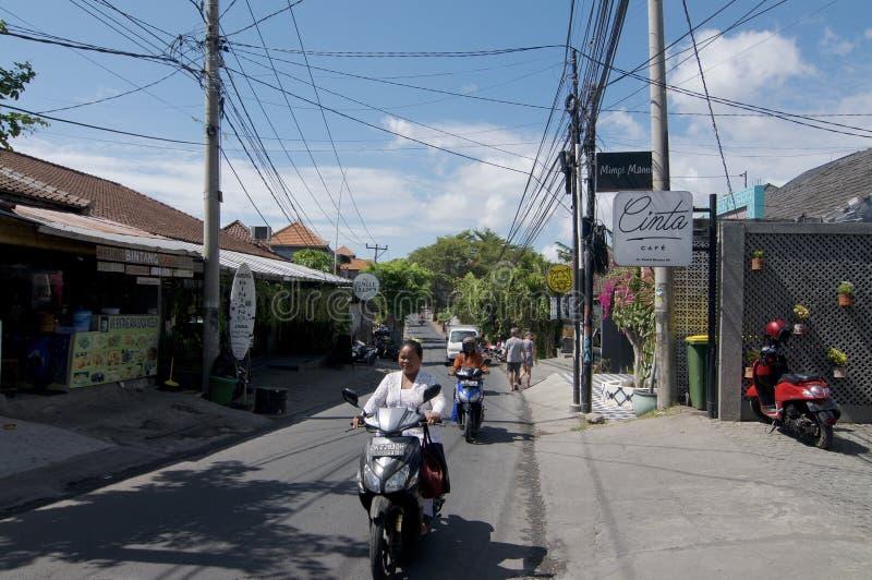 Opinião da rua de Jalan Pantai Berawa em Canggu, Bali imagem de stock royalty free