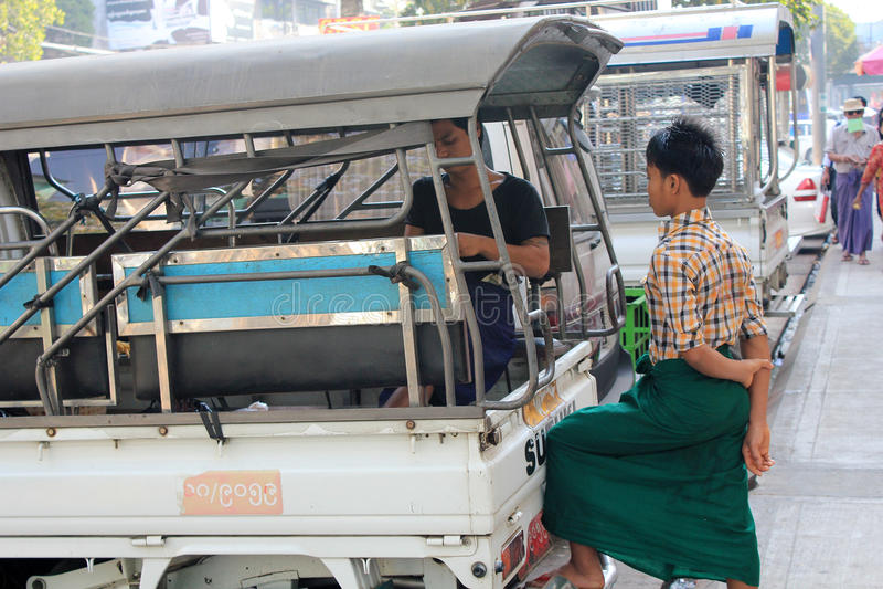 Opinião da rua de Myanmar em Yangon imagens de stock royalty free