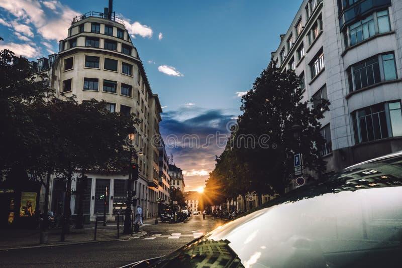 Opinião da rua de Paris no crepúsculo imagens de stock