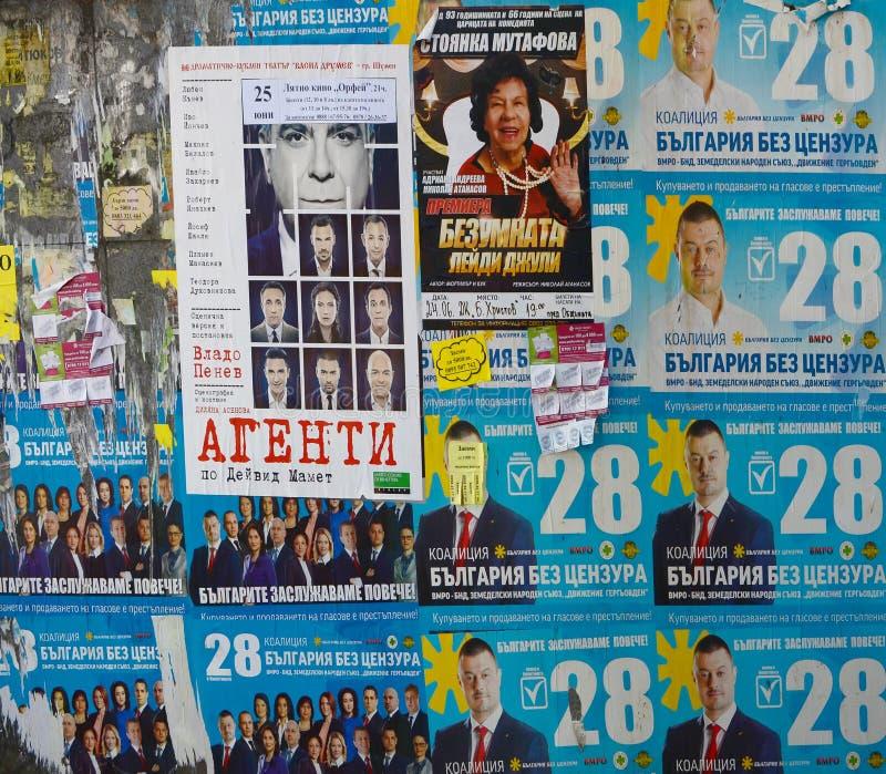Opinião da rua de Plovdiv, cartaz político da eleição na parede com caráter cirílico da publicação, Plovdiv, Bulgária imagem de stock