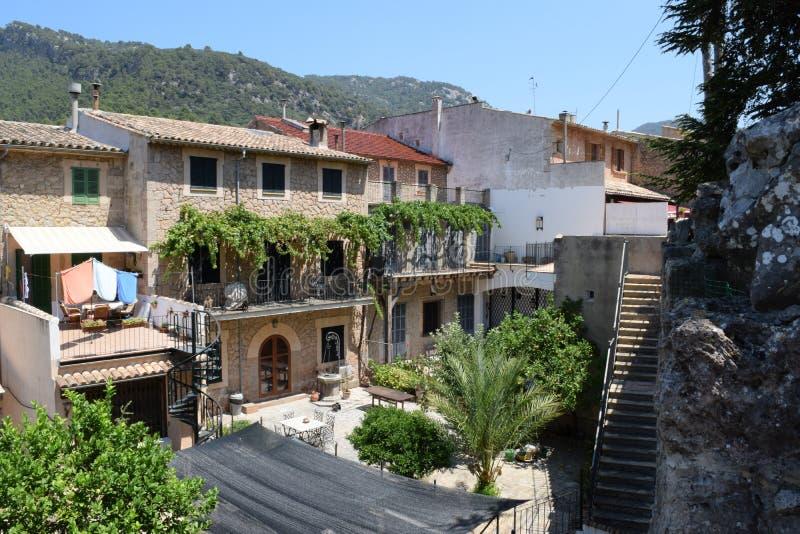 Opinião da rua de Valldemossa em Mallorca imagem de stock