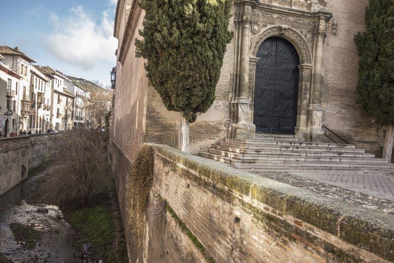Opinião da rua, del antigo Darro de Carrera na vizinhança de Albaicin imagens de stock royalty free