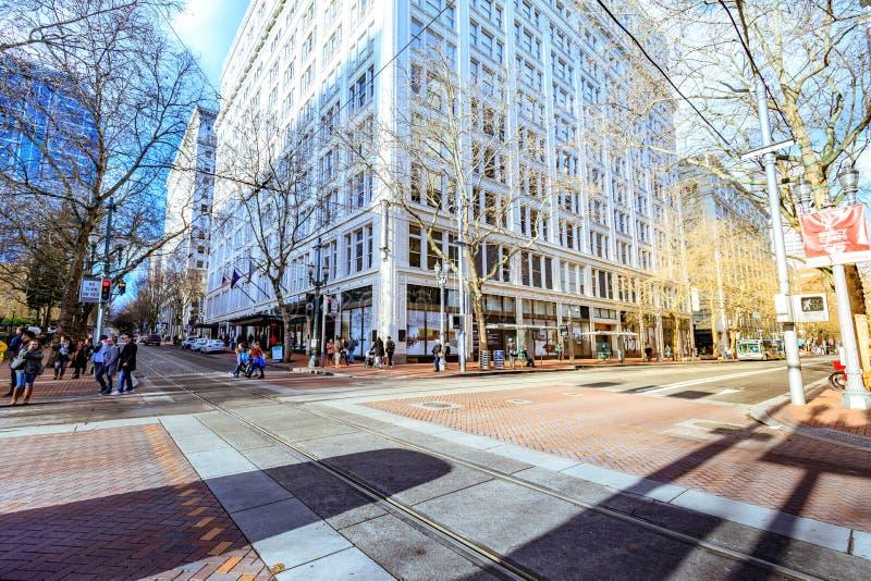 Opinião da rua do distrito pioneiro em Portland do centro imagem de stock