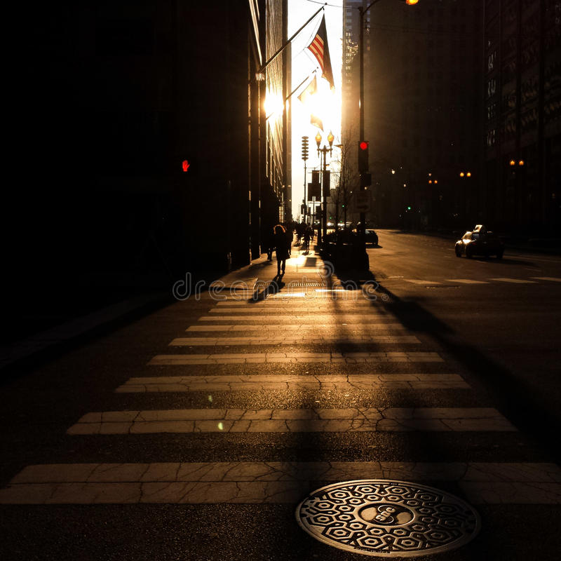 Opinião da rua do por do sol, Chicago fotografia de stock