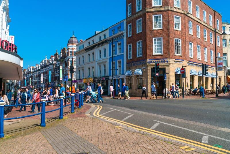 Opinião da rua em Eastbourne, Sussex do leste, Reino Unido foto de stock royalty free