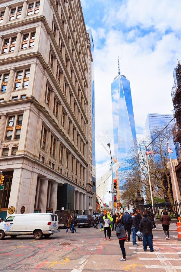 Opinião da rua em Freedom Tower no Lower Manhattan financeiro do distrito imagens de stock
