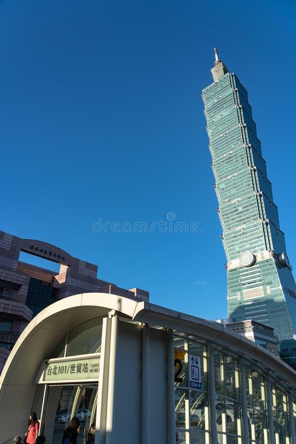 Opinião da rua da estação de metro do World Trade Center de Taipei 101 imagens de stock royalty free