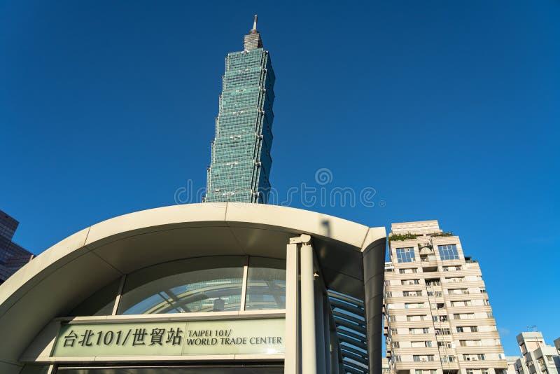 Opinião da rua da estação de metro do World Trade Center de Taipei 101 fotos de stock royalty free
