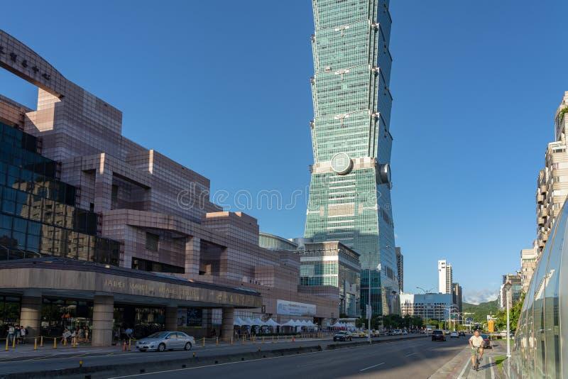 Opinião da rua da estação de metro do World Trade Center de Taipei 101 imagem de stock royalty free
