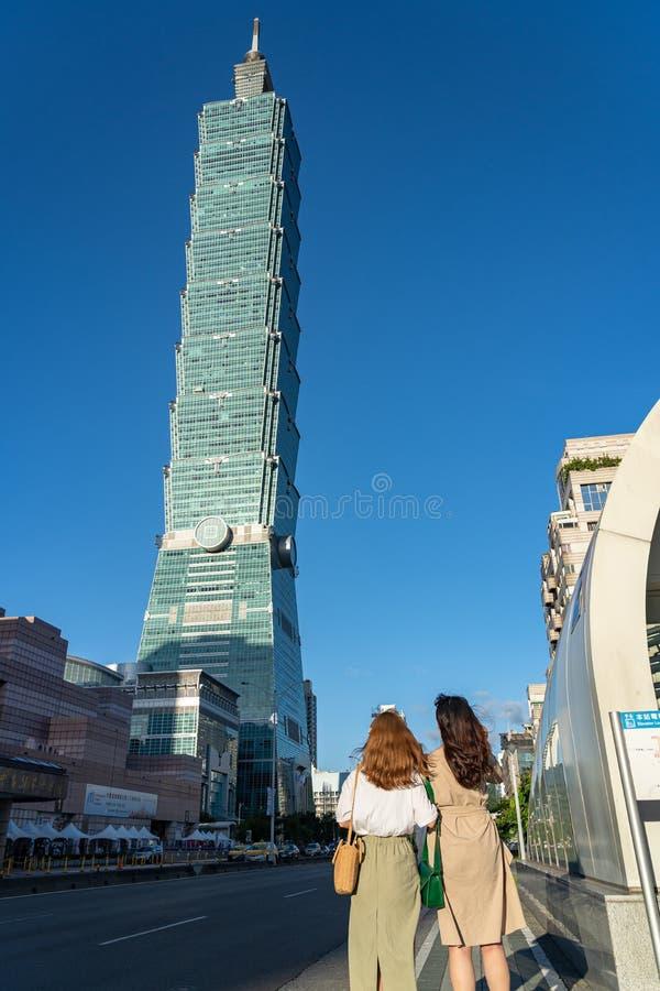 Opinião da rua da estação de metro do World Trade Center de Taipei 101 fotografia de stock
