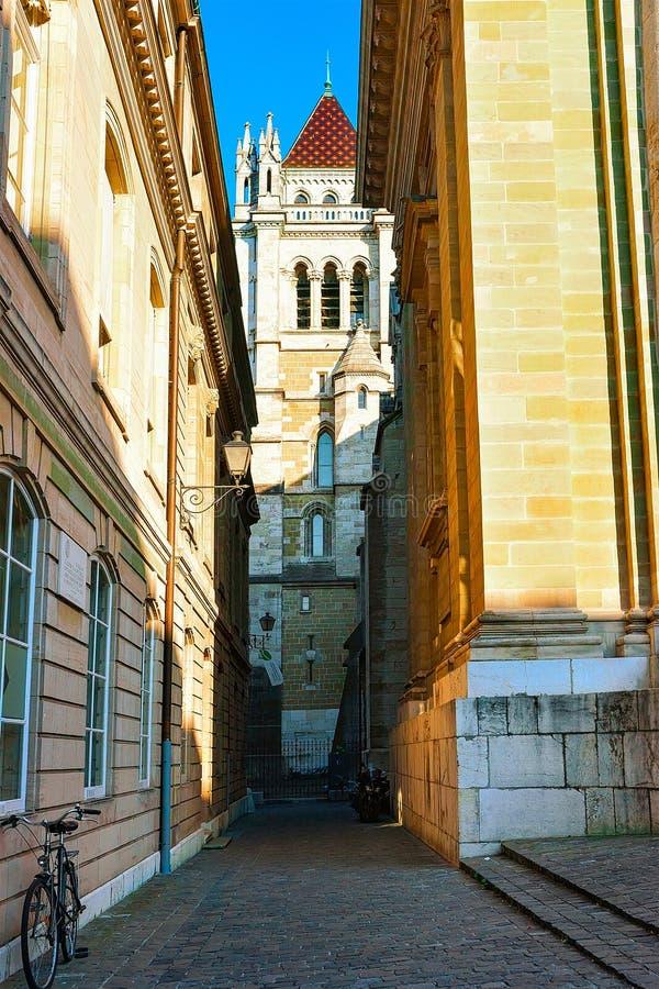 Opinião da rua na torre de St Pierre Cathedral na cidade velha em Genebra, Suíça fotos de stock royalty free