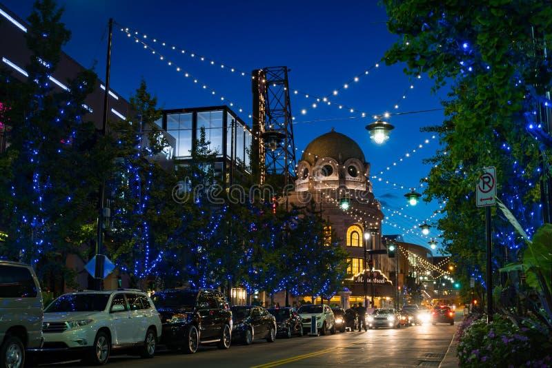 Opinião da rua da noite do distrito do poder e da luz em Kansas City Missouri fotos de stock royalty free