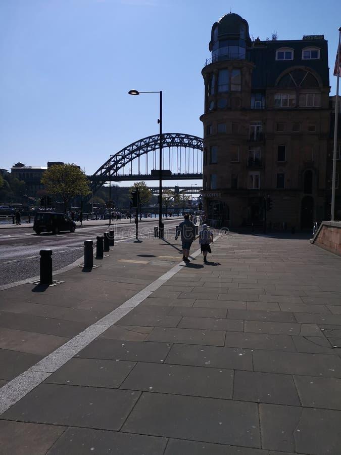 Opini?o da rua que olha para Tyne Bridge imagem de stock royalty free