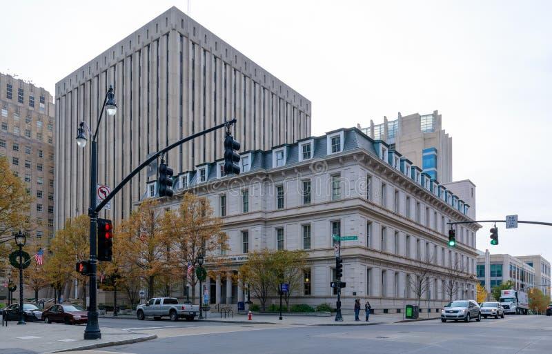 Opinião da rua Raleigh Downtown com construções comerciais imagens de stock royalty free