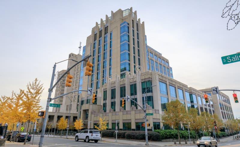 Opinião da rua Raleigh Downtown com construções comerciais imagens de stock