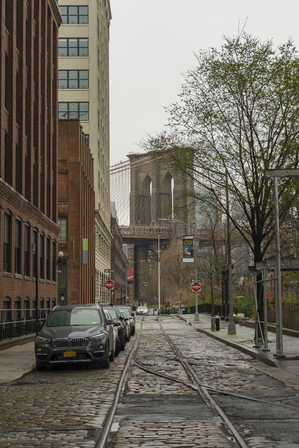 Opinião da rua da vizinhança de DUMBO em Brooklyn em New York City, EUA imagens de stock
