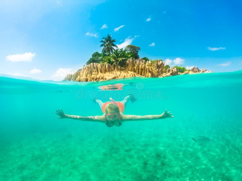 Opinião da separação de Seychelles do tubo de respiração fotografia de stock royalty free
