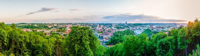 Opinião da skyline da arquitetura da cidade na cidade velha e nova famosa de Vilnius do ponto de vista panorâmico do monte de trê imagens de stock royalty free
