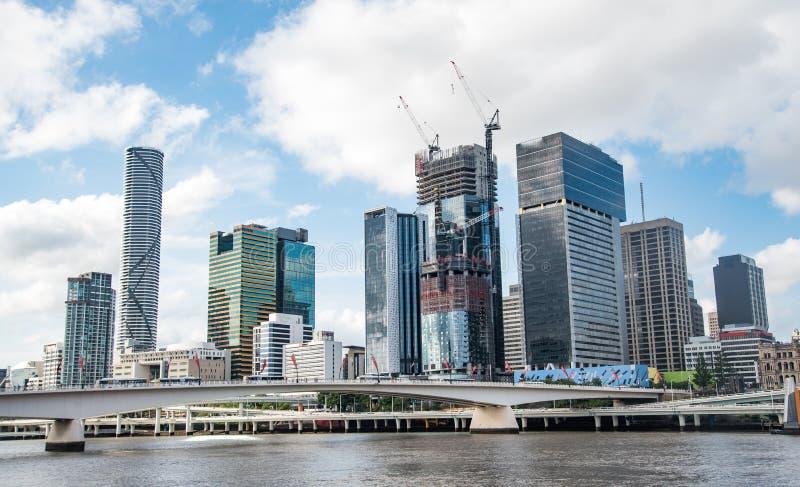 Opinião da skyline da cidade de Brisbane de Southbank foto de stock
